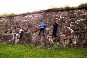 Barn klatrer på vegg