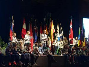 17. Oslo Kampianerne speiderkruppe i samfunnshallen med flag
