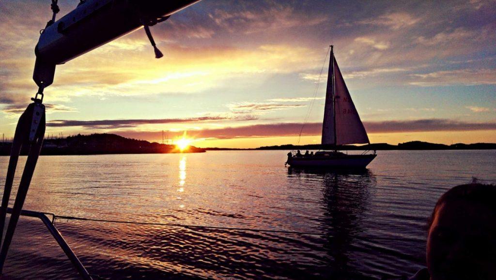 Bestum sjøspeiderne båt i solnedgangen
