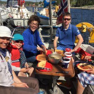 Bestum sjøspeiderne spiser på båten