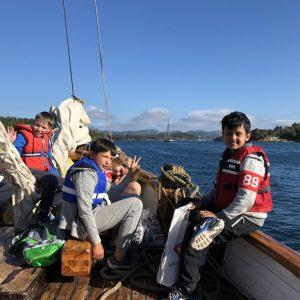 Bestum sjøspeiderne sine speidere i sola på en av båtene