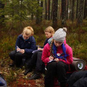 Speidere tar notater i skogen